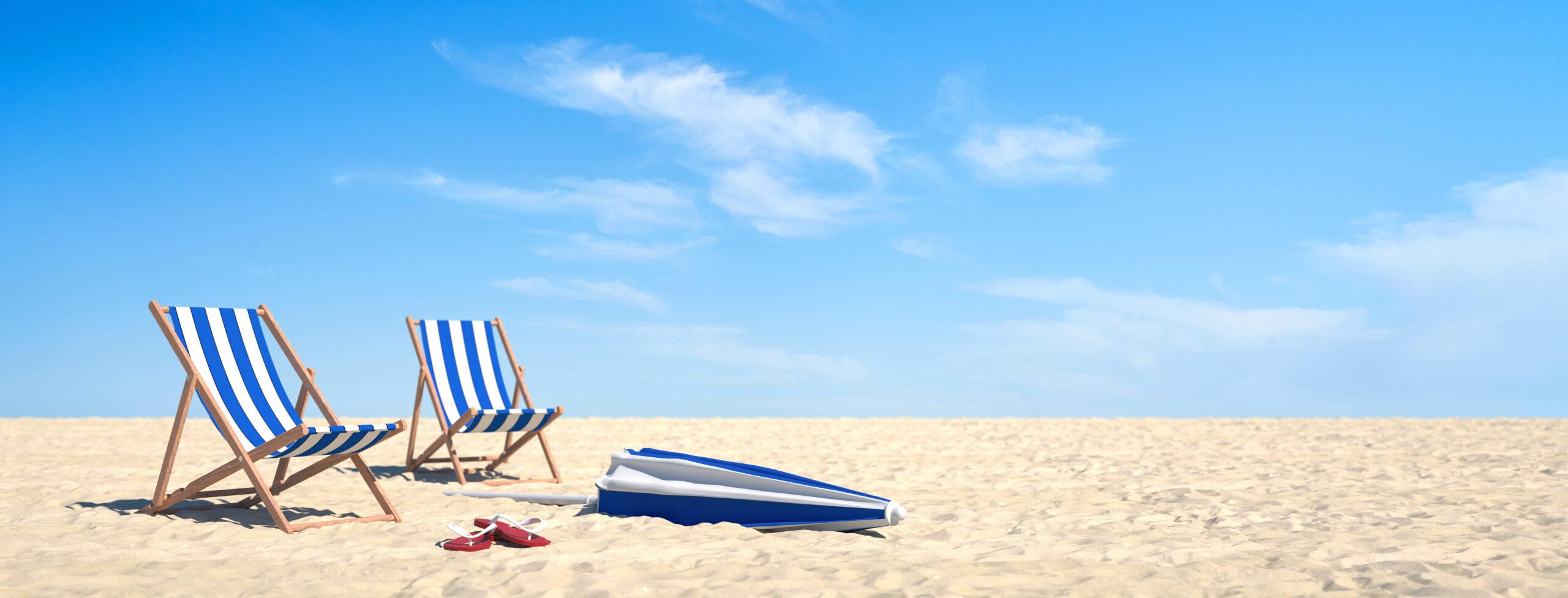 Strand Liegen im Sand unter blauem Himmel
